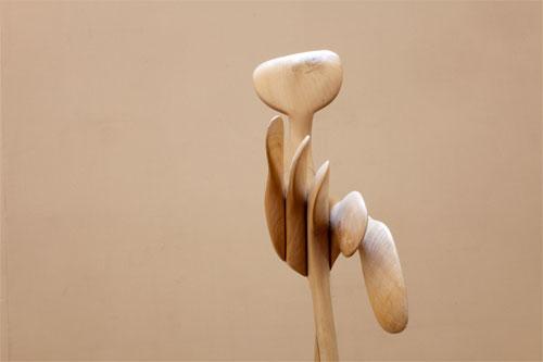 escultura abstracta de madera por lutfi romhein norbert pousseur