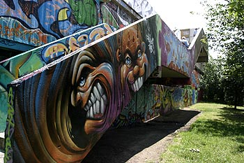 escalier ext rieur multicolore graph mur le festival kosmopolite 2003 de bagnolet. Black Bedroom Furniture Sets. Home Design Ideas