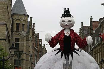 Buste De La Reine Geante Des Chats Avancant Dans Une Rue Dypres Kattenstoet  Fete Des